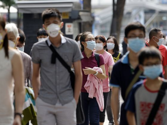 Visitors wearing masks as a precaution against MERS, Middle East Respiratory Syndrome, virus, walk at a shopping district in Seoul, South Korea, June 16, 2015. Photo: AP