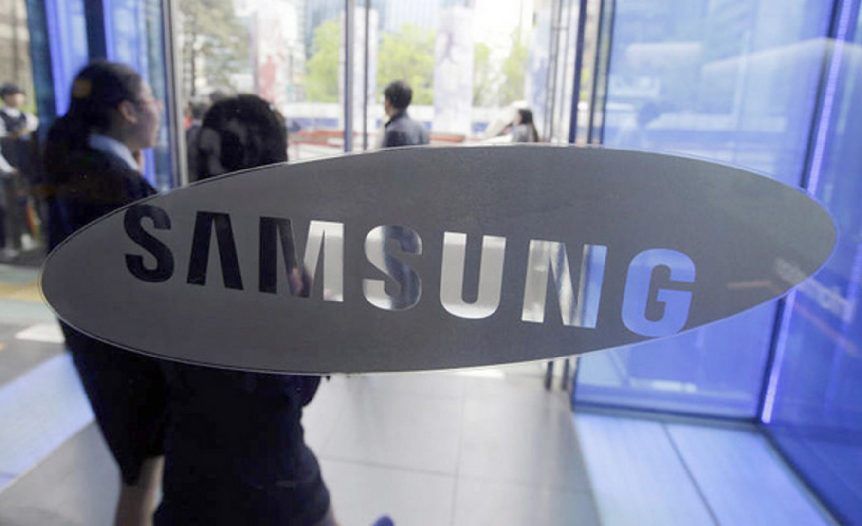 Visitors at a Samsung showroom in Seoul. The company, South Korea's biggest in terms of sales, said last month that it would offer a one-year optional sabbatical for those who have been working for more than three years. Photo: AP