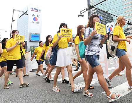 Members of an association of university students advocating for the victims of sexual slavery committed by Japan during World War II demand the Japanese government apologize for its wartime atrocities during a rally in Gwanghwamun, Seoul, Monday. / Yonhap