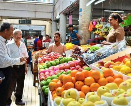 Mohd Yazid (left) conducting a spotcheck at the market in Klang. Image source: thestar.com.my